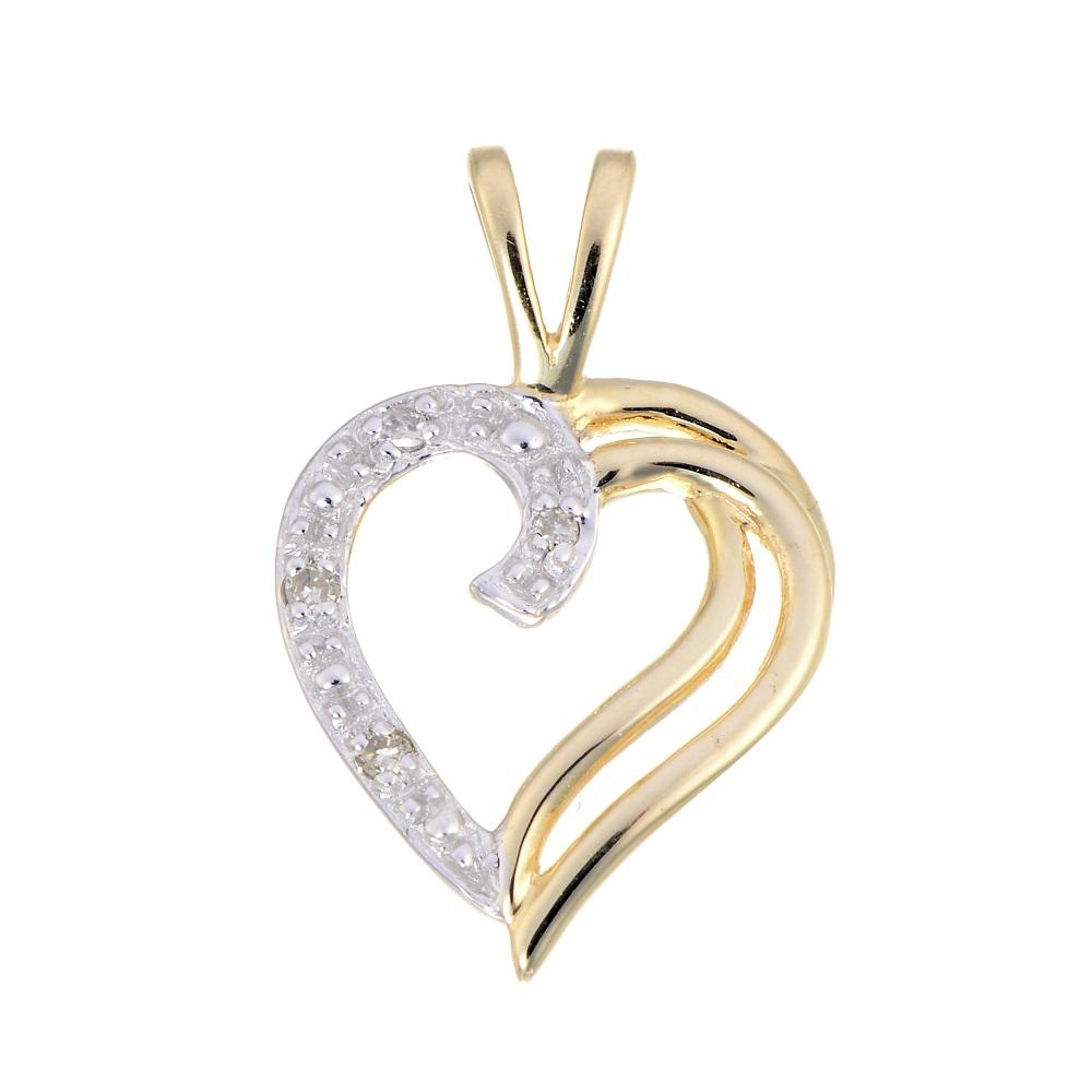 Pendentif coeur serti d'une touche de diamant - en or jaune 10K